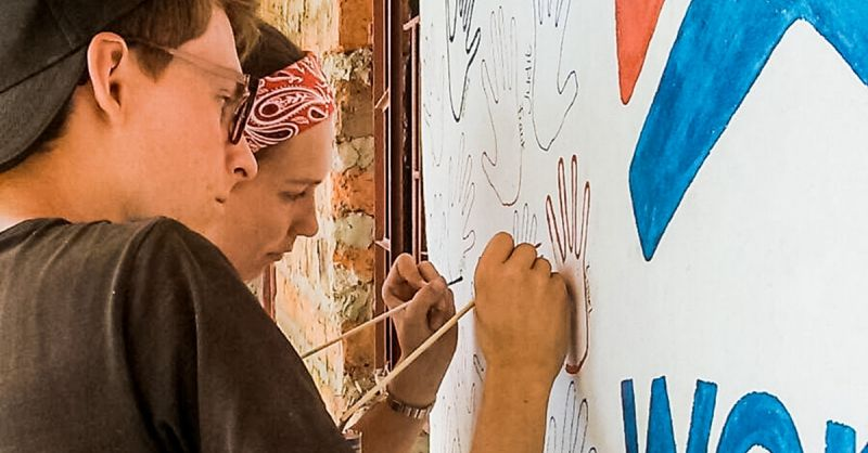 Ieder zet zijn naam op de muurschildering