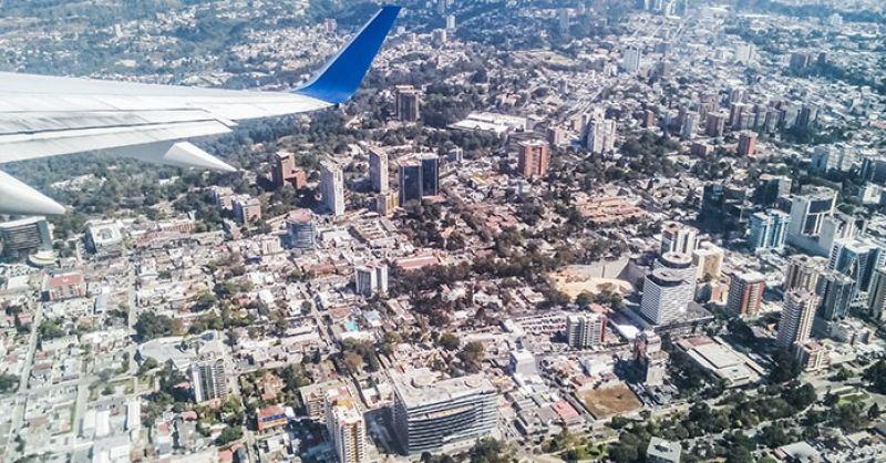 Opstijgen boven Guatemala-stad (archieffoto)