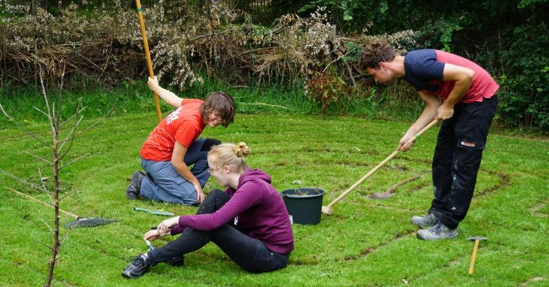 Hard aan het werk in de tuin