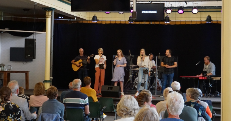 Maartje en Merinda zingen mee in de band