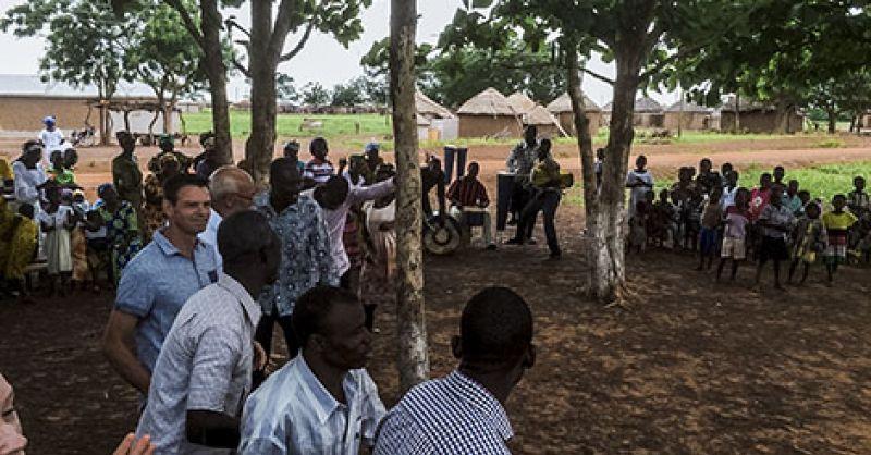 Kerkdienst buiten met alle kerken van Ugando