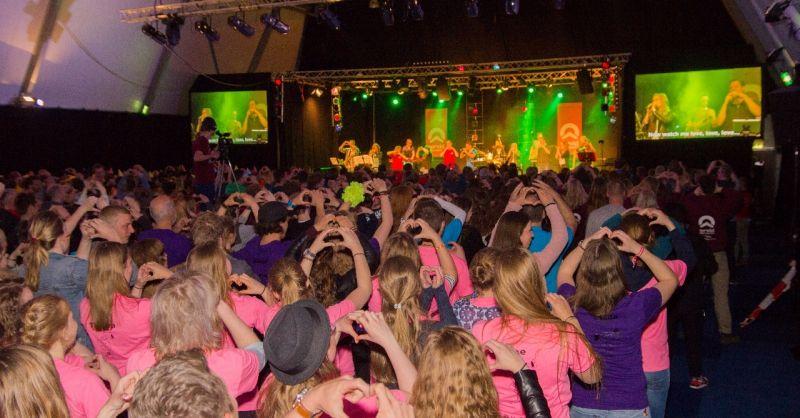 Samen zingen en dansen tijdens het Festival