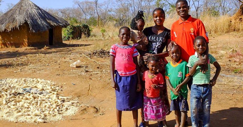 Francis voor zijn huis, met zijn gezin