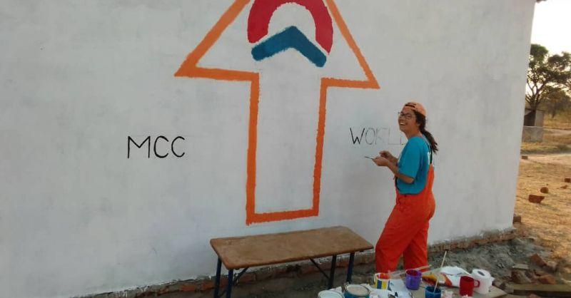 Marjolein werkt met plezier aan het logo