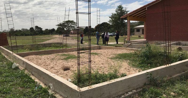 Het fundament ligt klaar, op de voorgrond voor de klaslokalen en rechts voor de toiletten