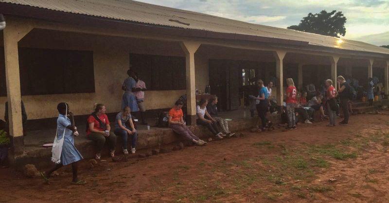 Ontbijten in Langbinsi, de studenten moesten een half uur later hun 'exams' gaan maken