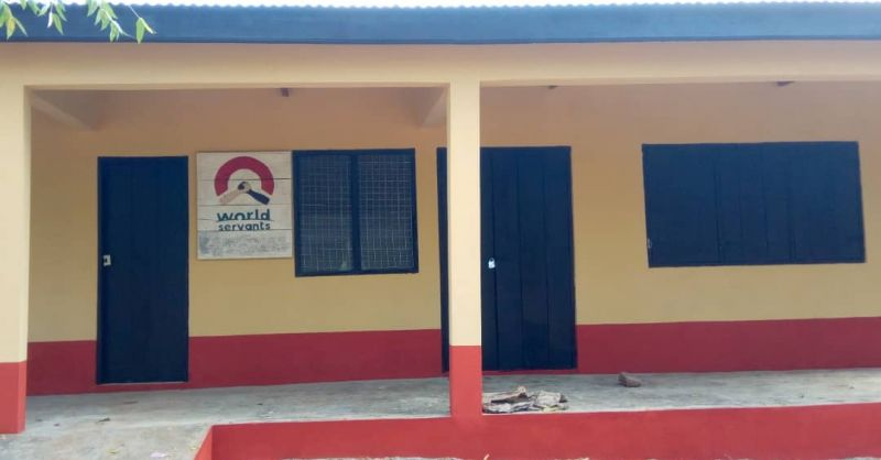 Een prachtige school, met World Servants logo