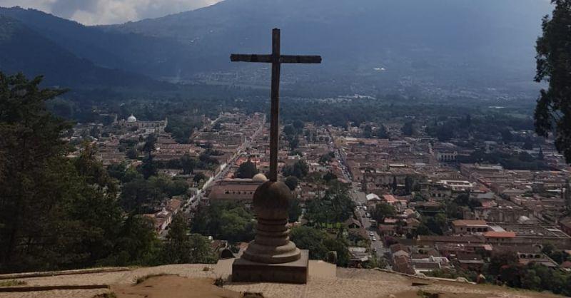 Het kruis bovenop de berg in Antiqua
