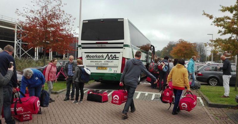 De tassen worden naar de bus gebracht.