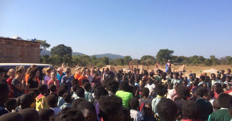 Bij het vertrek waren weer net zoveel zwaaiende kinderen als bij de aankomst