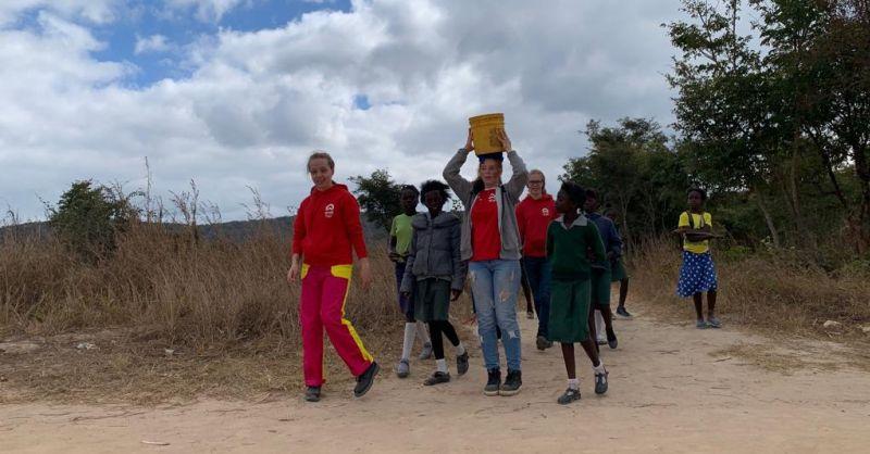 ... onder grote belangstelling van de kinderen uit het dorp