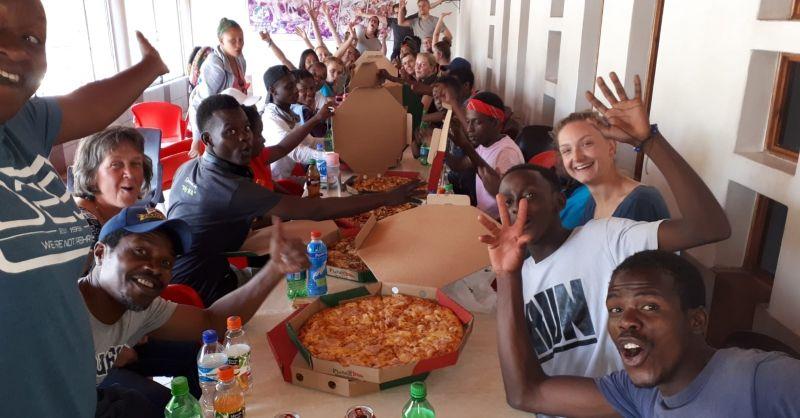 Aan de pizza!