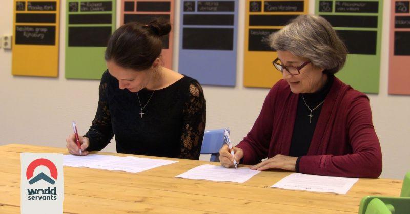 Linda en María Jesús tekenen de nieuwe meerjarenovereenkomst