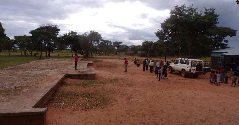 Het schoolterrein met de fundering voor nieuwe klaslokalen