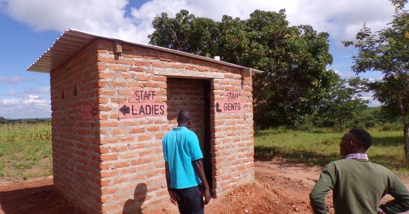 Latrines in aanbouw met overgebleven materialen project