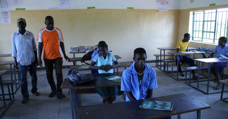 Grade 7 in nieuw klaslokaal met nieuwe schoolbanken