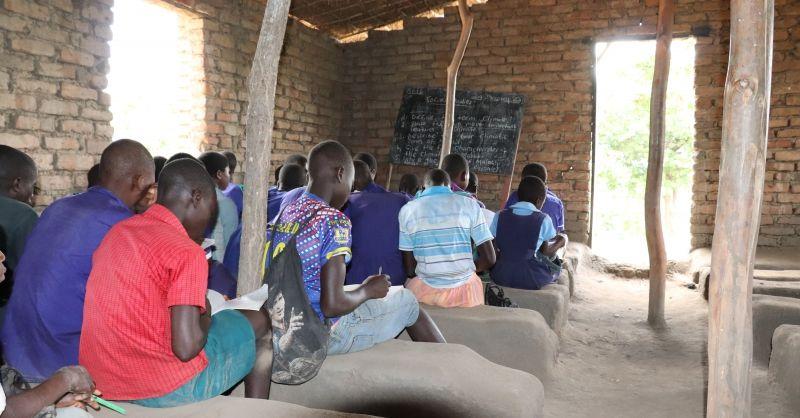Les in een kerk bij gebrek aan klaslokalen
