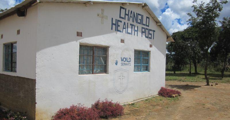 De zijkant van de kliniek