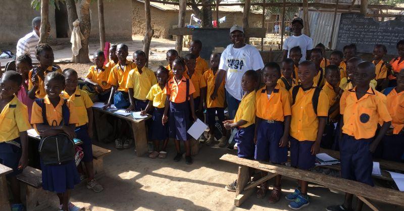 Leerlingen met mr. Peter Kamara