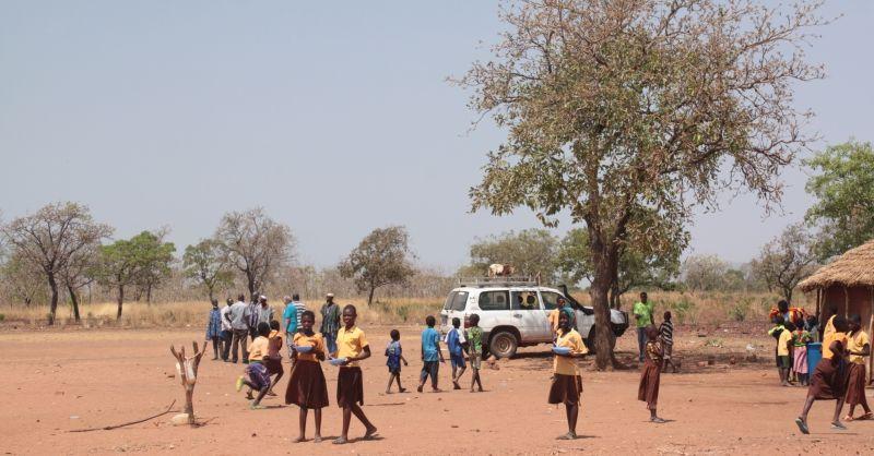 De schoolkinderen die rondlopen rond de school