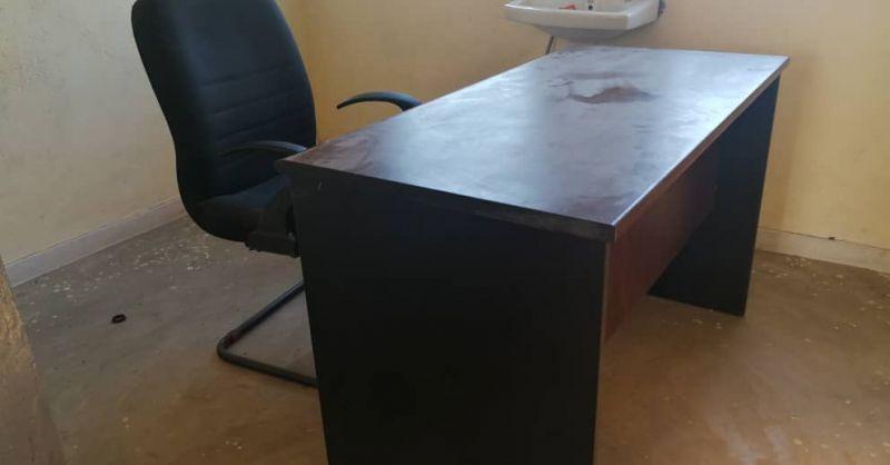 Bureau en stoel in een van de ruimtes in de kliniek