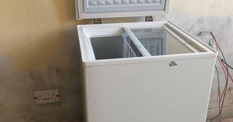 De solar fridge wordt op locatie getest