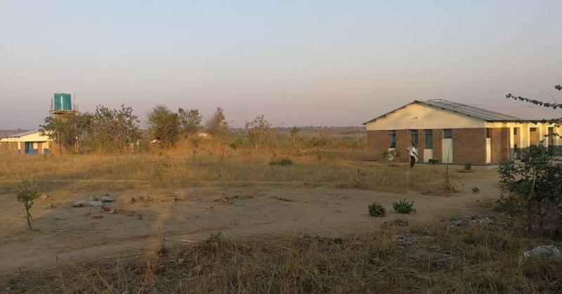 Overzichtsfoto van kliniek, water toren en de huizen