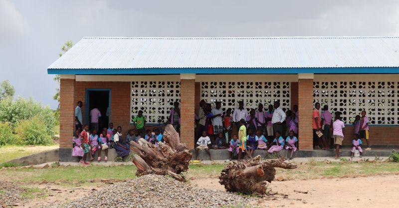 Kids voor één van de huidige klaslokalen