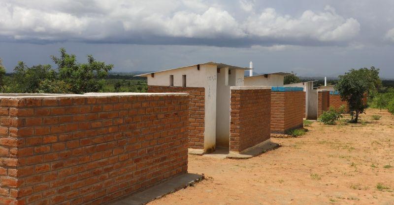 De latrines op het schoolterrein