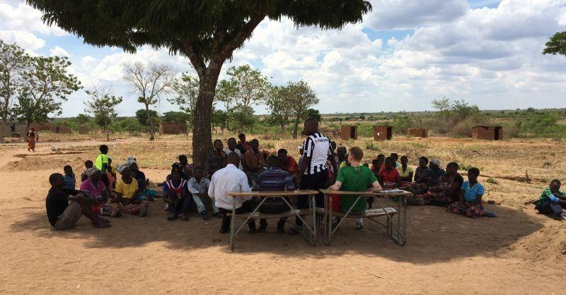 In gesprek met de bevolking van Lobi