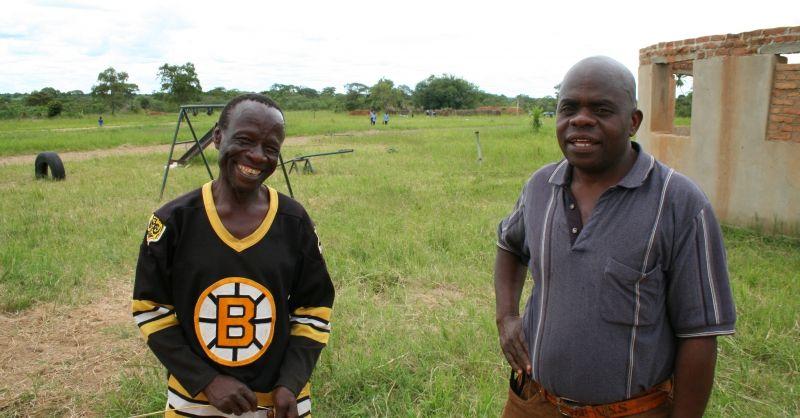 Lid van ouderraad (links) en headman van Mtelwe (rechts)