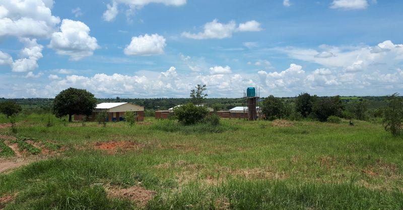 De 3 huizen met de watertank op de voorgrond