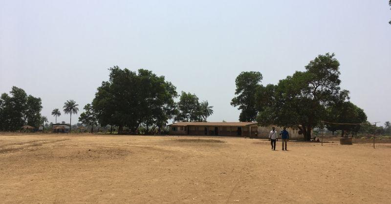 Het terrein van de school