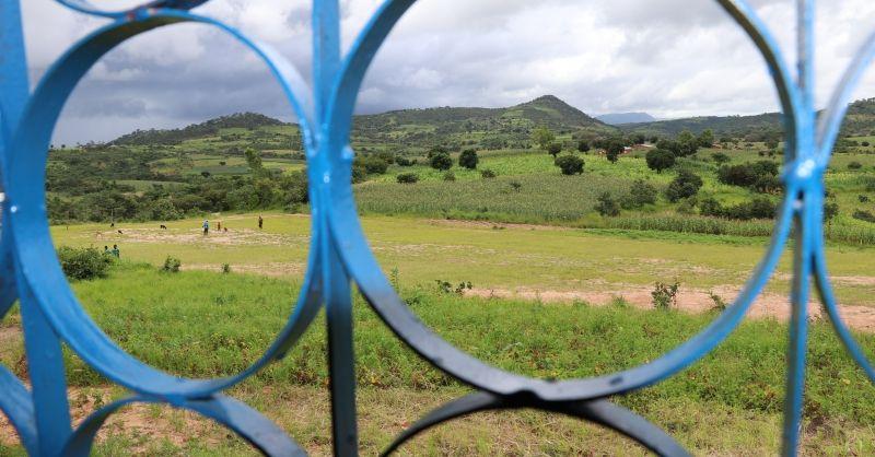 Uitzicht vanuit een van de klaslokalen