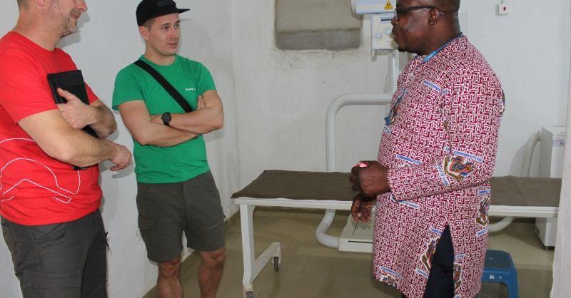 Mr. Odonkor laat de röntgenkamer zien