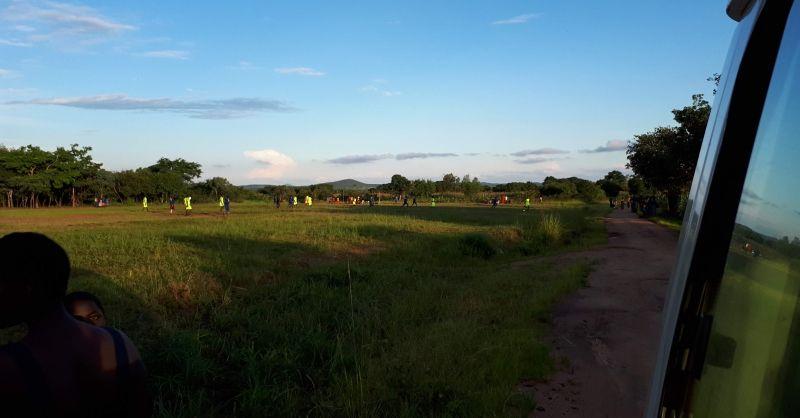 Voetbalveld naast de school