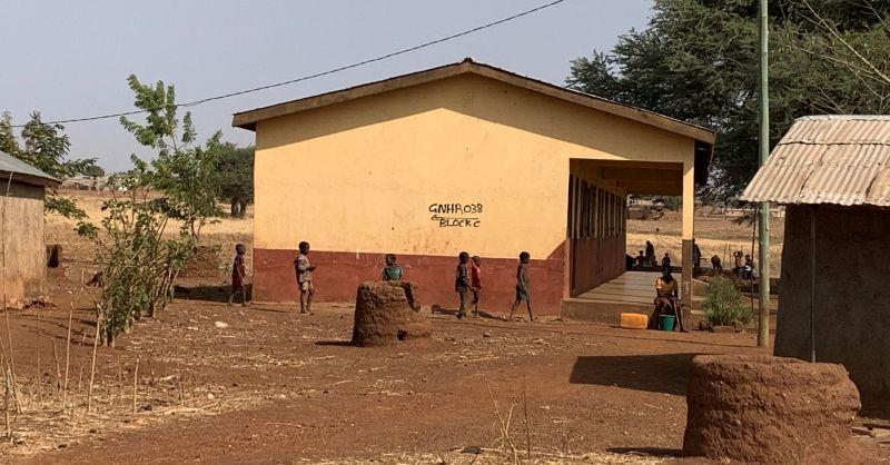 Kinderen bij het nieuwe schoolgebouw