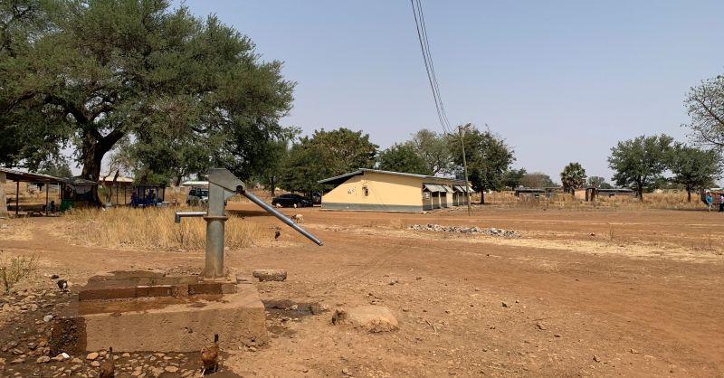 Waterput met daarachter het hoofdgebouw