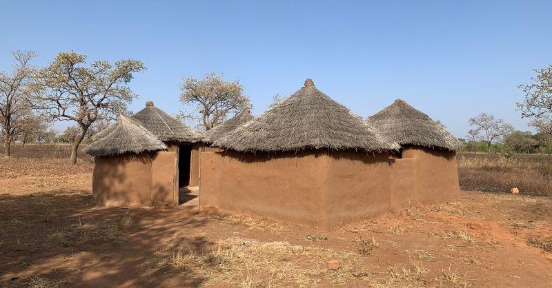 Door de gemeenschap zelf gebouwde lerarenhuisjes