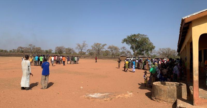 Heel het dorp is uitgelopen (links is bouwlocatie)