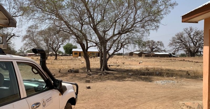 Zicht vanaf de kliniek op de woningen (achter de bomen)