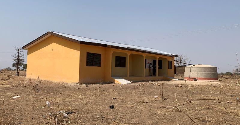 Voorzijde woningen met watertank