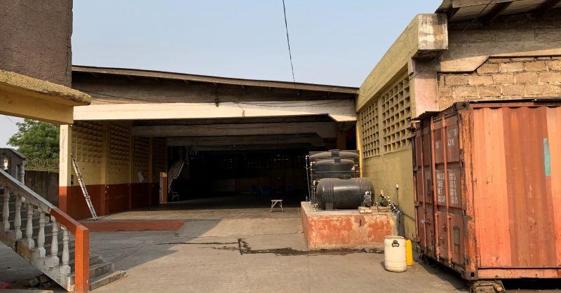Zicht op de training hall en pompinstallatie