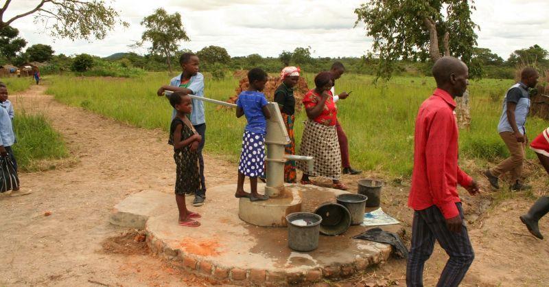 De waterpomp bij de school wordt goed gebruikt
