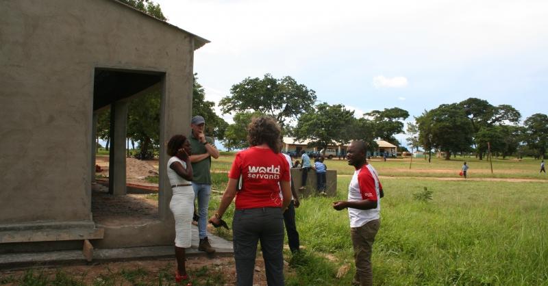 De klaslokalen staan naast de rest van de school