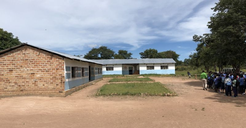 Klaslokalen uit 2015 (links) en 2018 (rechts)