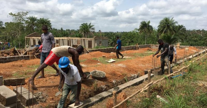 Lokale team van bouwvakkers bezig met fundering