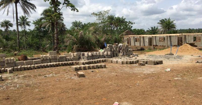 Stenen gemaakt voor fundering +lokale klaslokalen in aanbouw