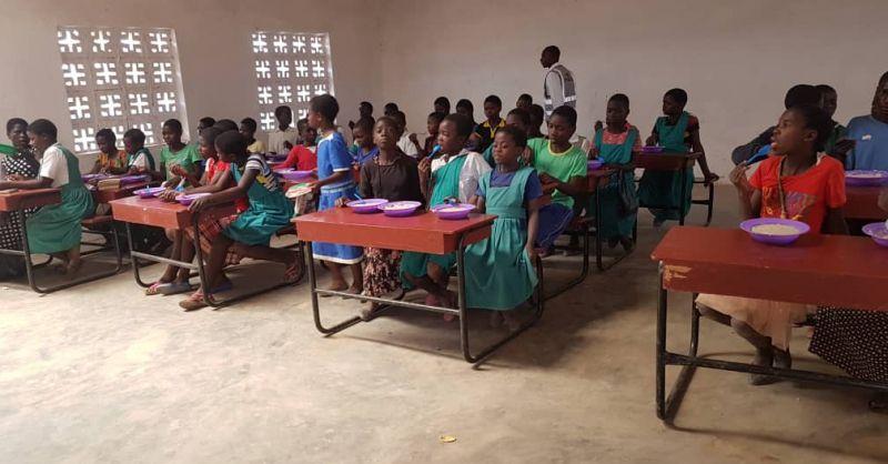 Kinderen genieten van een maaltijd op school