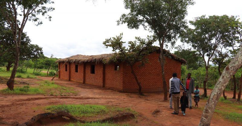 Grass-roofed church wordt gebruikt als klaslokaal (buiten)